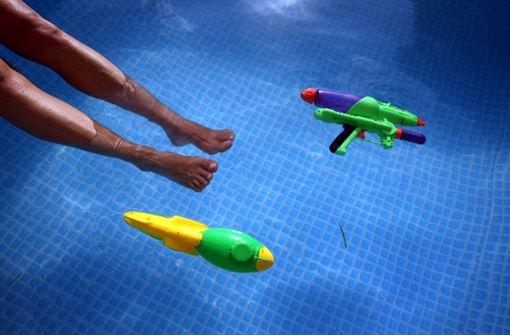 Zur Taufe in den Pool steigen