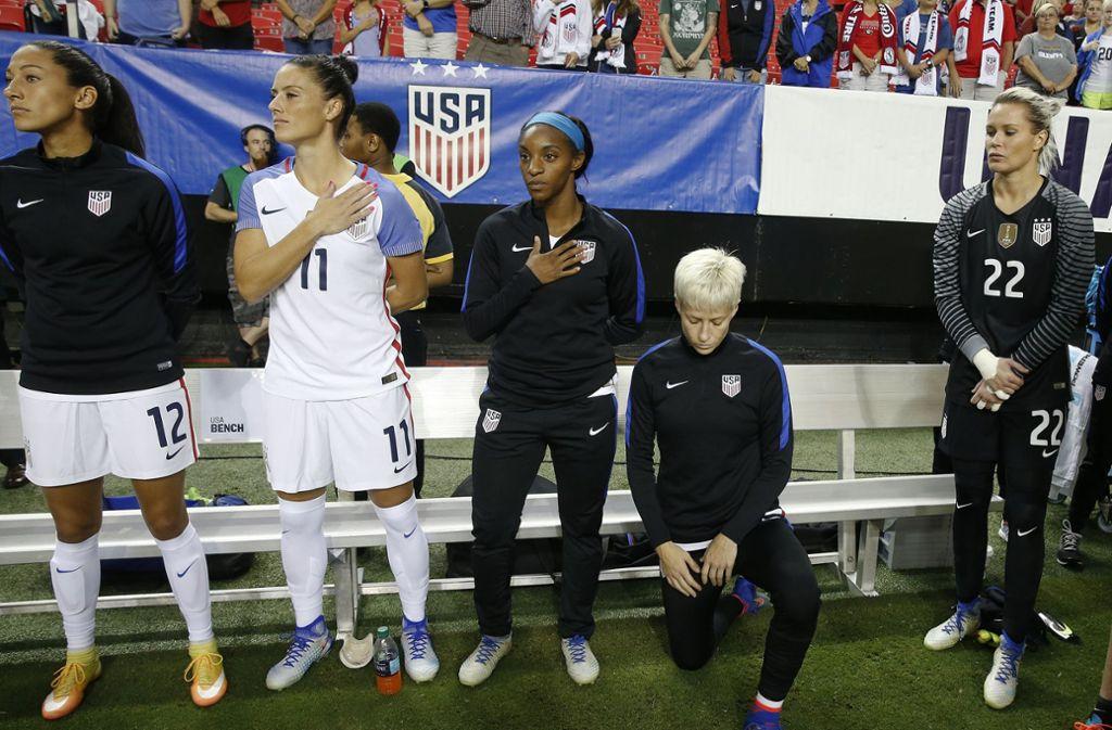 US-Nationalspielerin Megan Rapinoe kniet vor einem Länderspiel gegen die Niederlande. Foto: dpa/John Bazemore