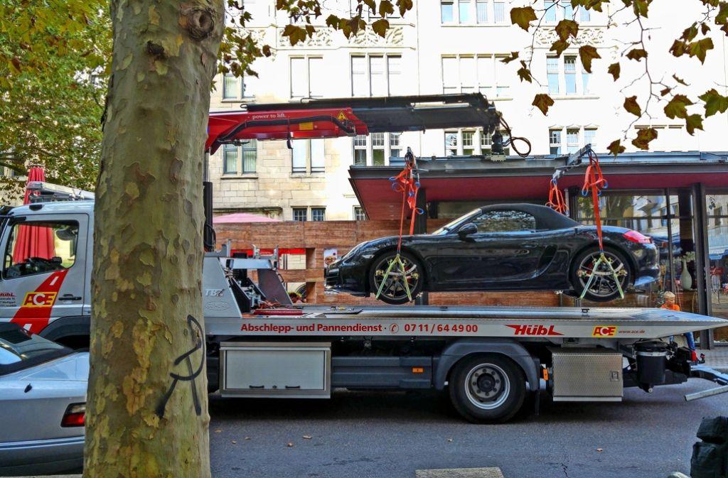 Es sind nicht immer Luxus-Sportwagen, die hinter dem Rathaus abgeschleppt werden. Bei ihnen ist die Zahl der Schaulustigen aber am größten. Foto: Jürgen Brand