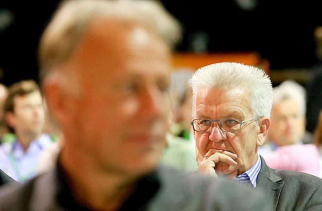 Der Parteilinken Jürgen Trittin (vorne) und der grüne Oberrealo Winfried Kretschmann sind nicht eben beste Freunde. Foto: dpa