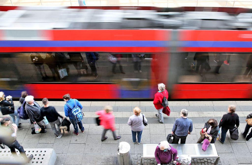 In öffentlichen Verkehrsmitteln bekommt Frau T. Panik. Foto: dpa