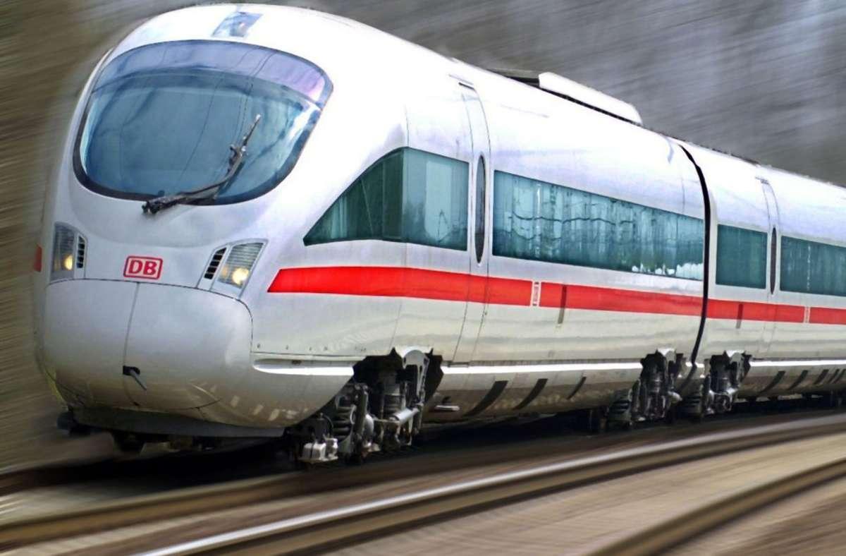 Ein 21-Jähriger hat einen Zugbegleiter in einem ICE angegriffen (Symbolbild). Foto: picture-alliance/ dpa-Bildfunk/Wolfgang Thieme