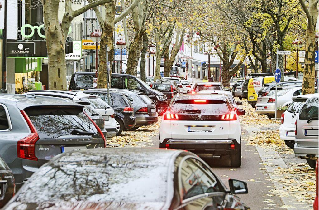 Zugeparkte Gassen machen die Innenstadt nicht attraktiv. Vor allem die Grünen fordern daher autofreie Zonen. Foto: factum//Simon Granville