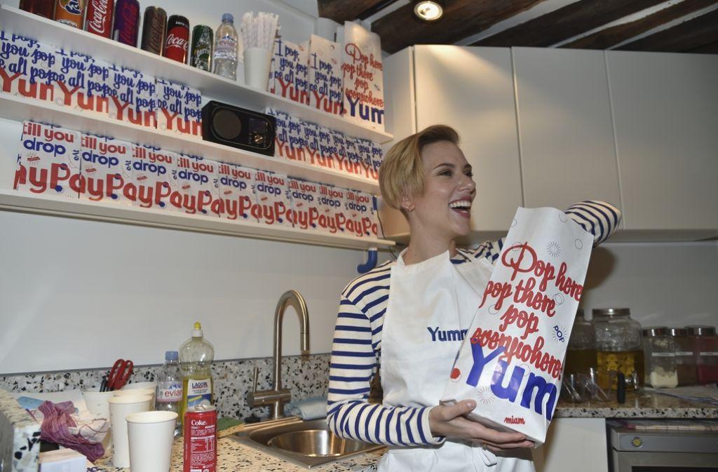 """US-Schauspielerin Scarlett Johansson (31) steht in ihrem eigenen Laden """"Yummy Popp"""" in Paris auch einmal hinter der Theke. Dort gibt es Popcorn zu kaufen. Die Schwester ihres französischen Mannes führt den Laden und bietet kuriose Geschmacksrichtungen wie """"Trüffel-Parmesan und Salbei"""" und """"Echter Vermont-Cheddar"""" an. Foto: Getty"""
