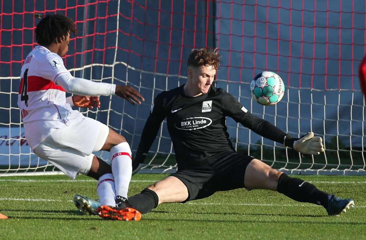 Mohamed Sankoh (links) vom VfB Stuttgart II erzielte gegen den TSV Schott Mainz gleich vier Treffer. Foto: Pressefoto Baumann/Alexander Keppler