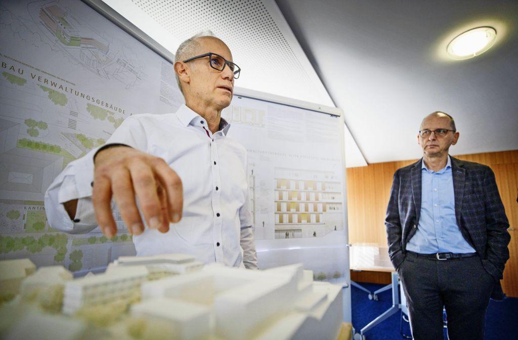 Alexander Lange (links) und Hellmut Schiefer erläutern die Pläne. Foto: /Gottfried Stoppel