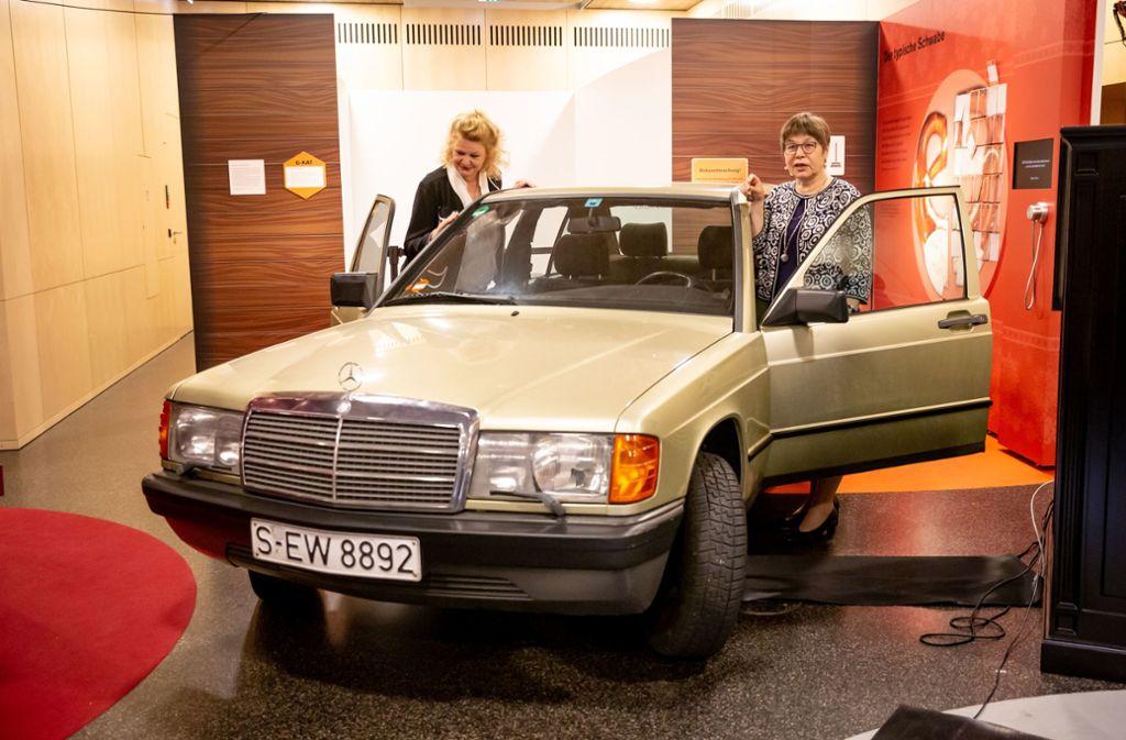 Der Rommel-Mercedes ist versteigert worden. Catherine Rommel (l.) sieht sich das Auto an. Edith Neumann (r.) steht auf der Fahrerseite an der Tür. Foto: Lichtgut