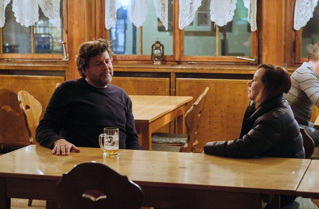 Es braucht keine Worte zwischen Friedemann (Hans-Jochen Wagner) und Franziska (Eva Löbau).  Foto: SWR Presse/Bildkommunikation