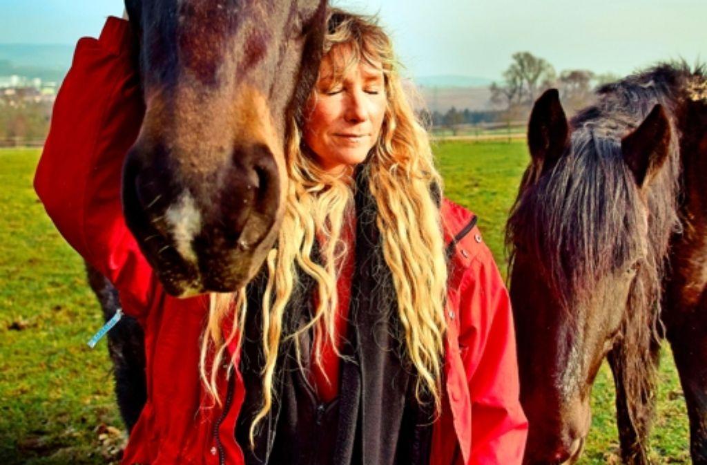 Felicia Ruhland mit zwei von mehr als 60 Geschöpfen, die sie durchfüttert. Foto: Heinz Heiss