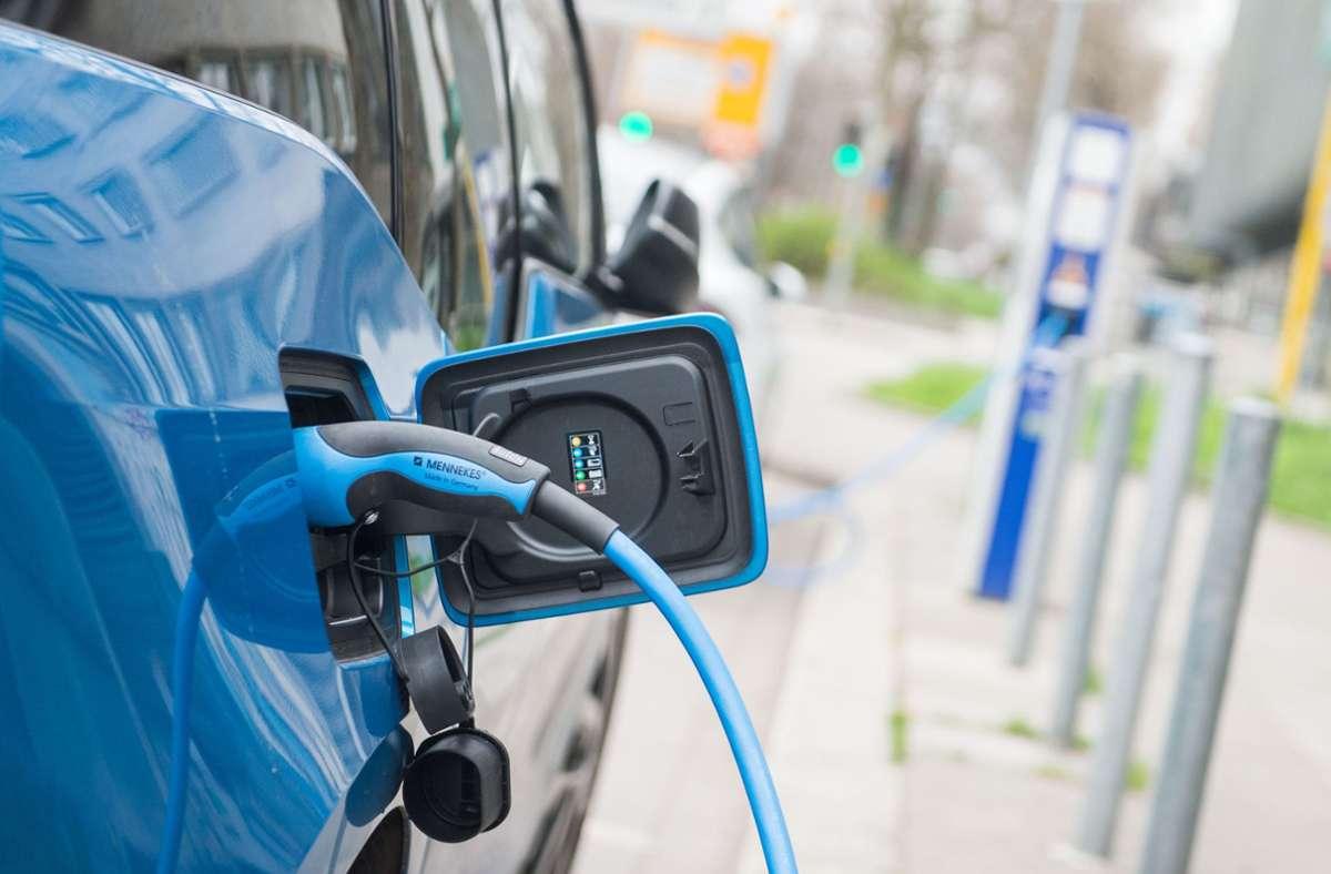 Ein Elektroauto beim Laden (Symbolbild). Foto: dpa/Lino Mirgeler