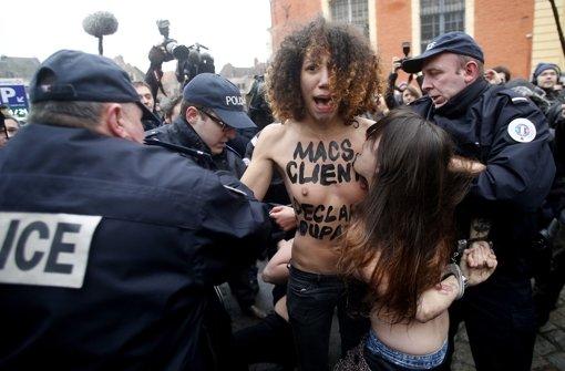 Femen-Frauen begrüßen DSK oben ohne