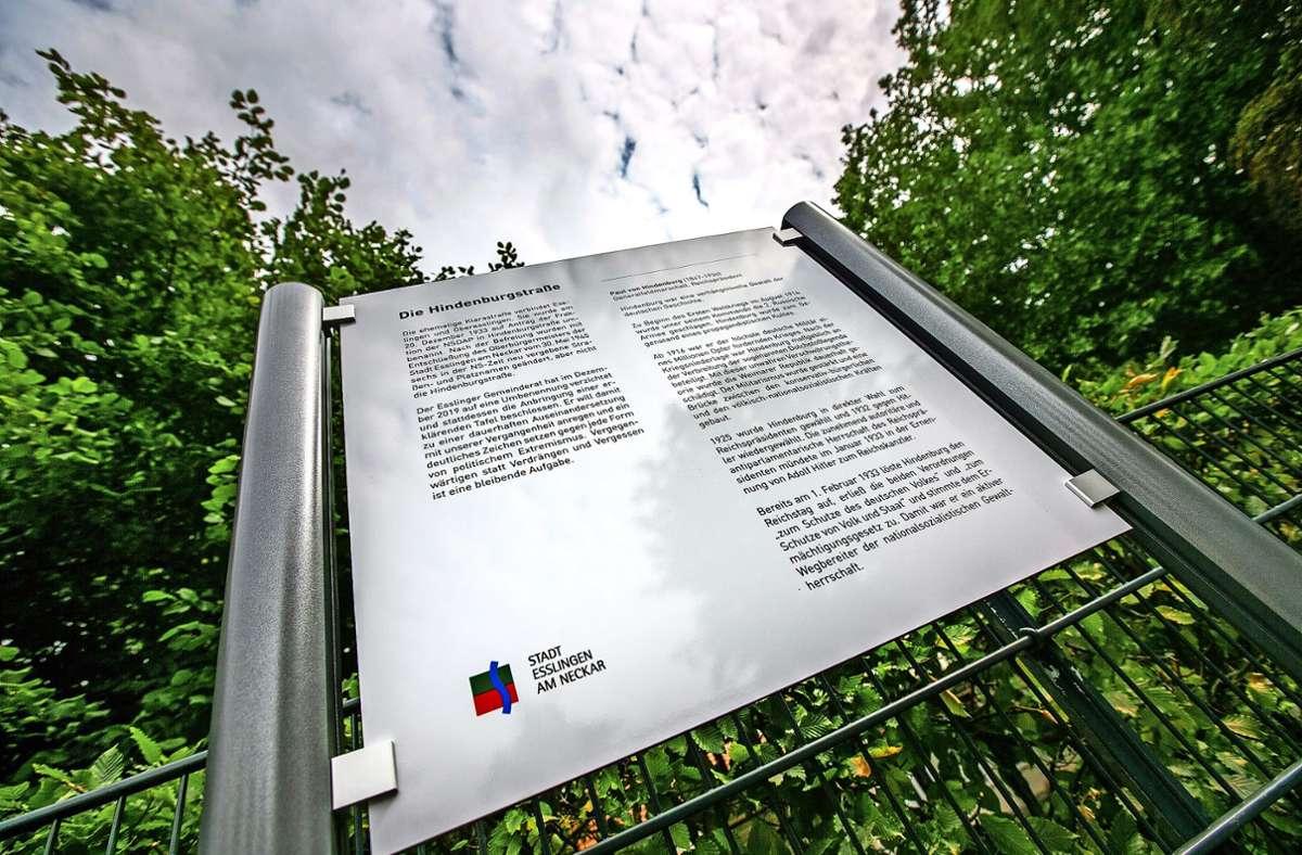 Mit einer Hinweistafel am westlichen Beginn der Hindenburgstraße erklärt die Stadt, weshalb es beim bisherigen Straßennamen bleibt. Foto: Roberto Bulgrin