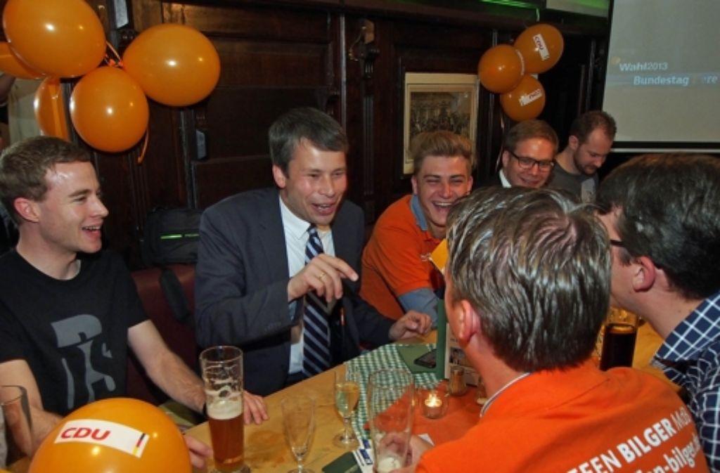 Der CDU-Mann Steffen Bilger (Mitte,  bei einer Wahlparty) kann wieder unbeschwert lachen. Foto: factum/Weise