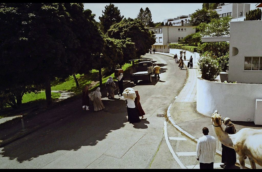 """""""Schwäbisch Casablanca"""" – so wurde die Weissenhofsiedlung auf Postkarten Anfang der dreißiger Jahre verhöhnt. In dem Video """"White City"""", das in der Staatsgalerie zu sehen sein wird, spielt der Künstler Dani Gal darauf an. Foto: Courtesy Dani Gal, Galerie Kadel Willborn"""