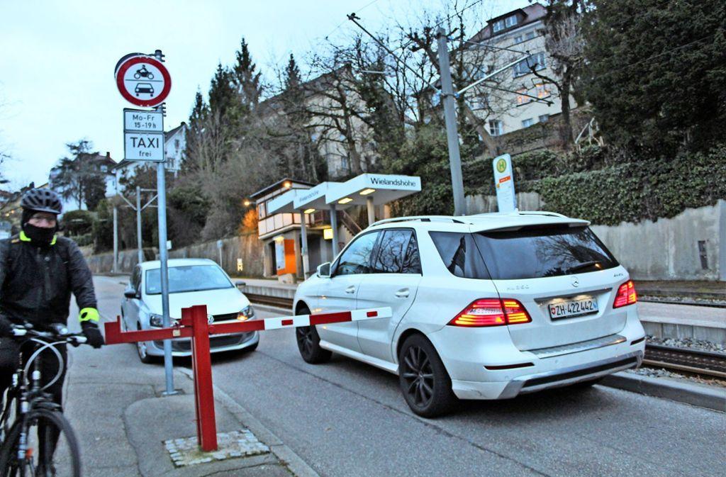 An der Sperre zwängen sich viel Fahrer verbotenerweise vorbei. Foto: Tilman Baur