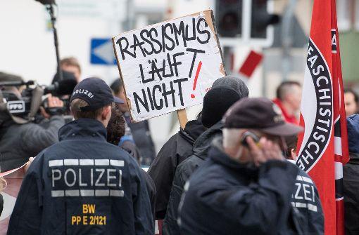 Demonstranten gegen die AfD-Wahlkampfveranstaltung vor der Halle in Tübingen: Am Freitagabend ist hier Björn Höcke aufgetreten. Foto: dpa