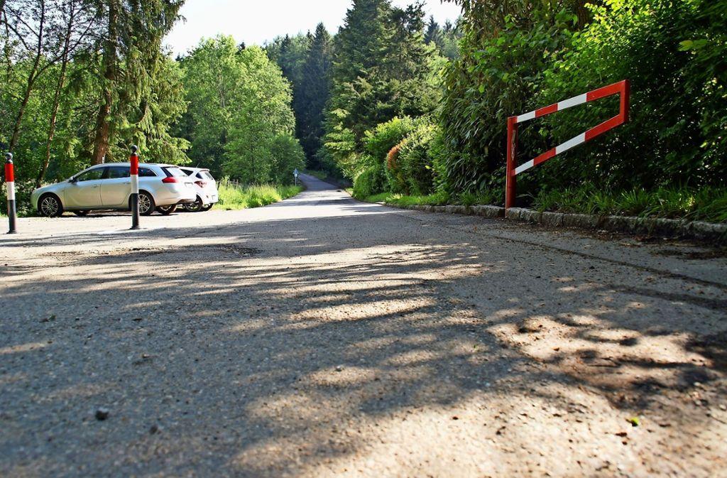 Die Schranke an der Alten Poststraße sollte geschlossen sein – ist sie aber nicht. Foto: Schüler
