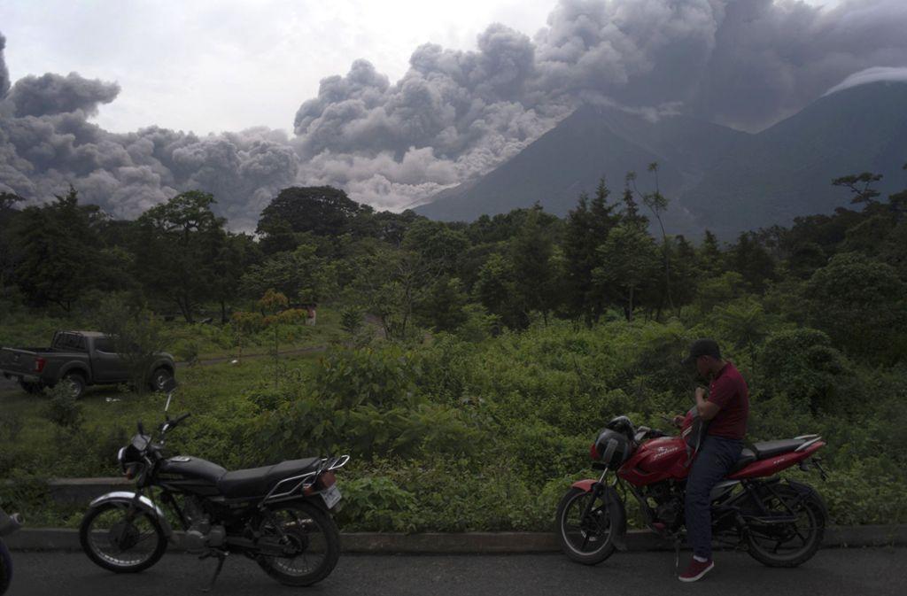 Der Feuervulkan sorgt für riesige Rauchwolken. Foto: AP