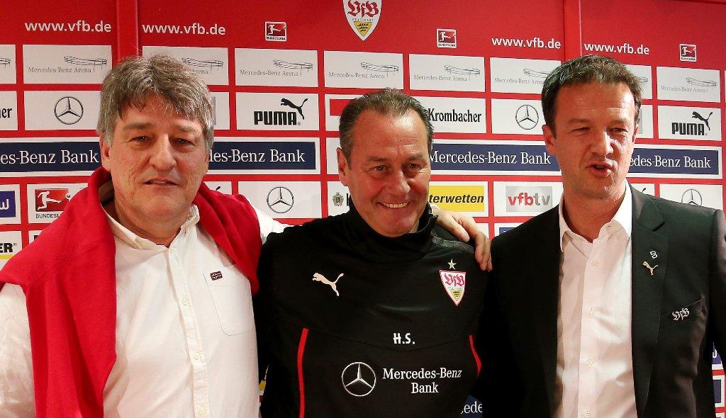 Fredi Bobic (rechts) und Präsident Bernd Wahler (links) haben am Montag den neuen VfB-Stuttgart-Trainer Huub Stevens (Mitte) offiziell vorgestellt. Foto: Pressefoto Baumann