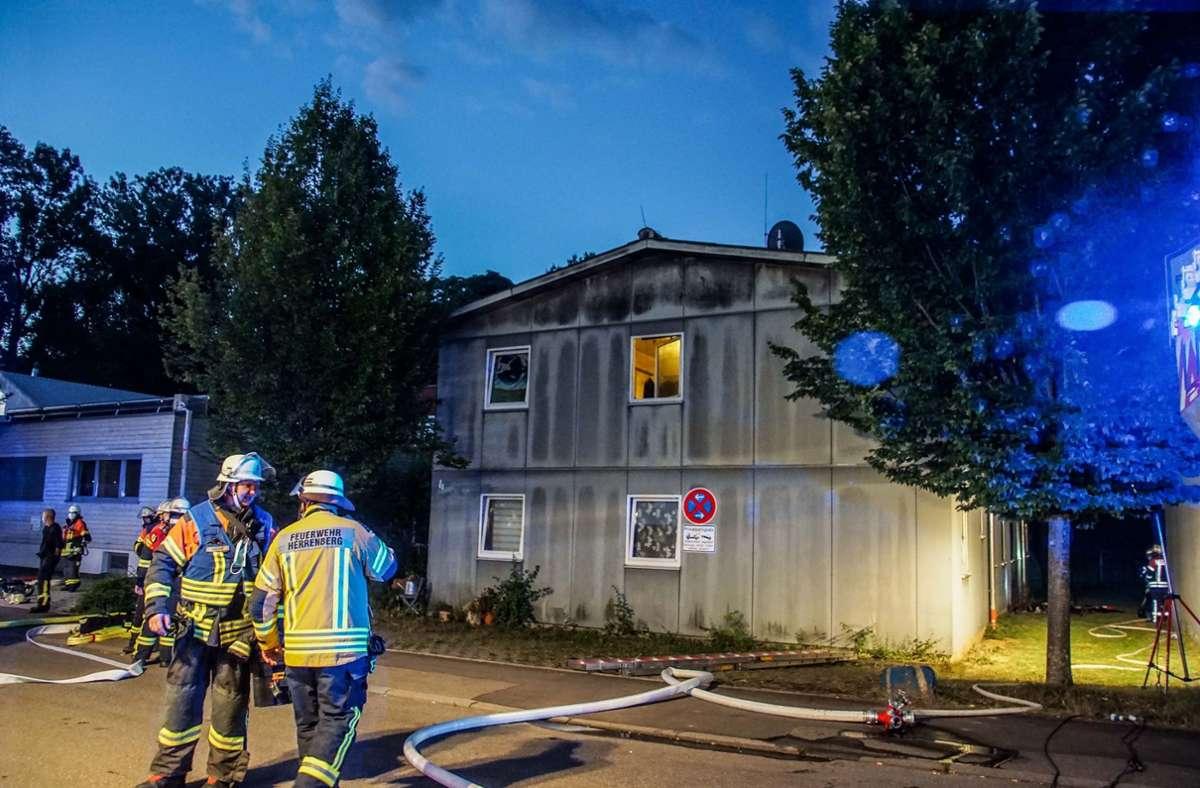 Die Feuerwehr war nach einem Brand in einer Obdachlosenunterkunft in Herrenberg mit einem Großaufgebot vor Ort. Foto: SDMG/ Dettenmeyer