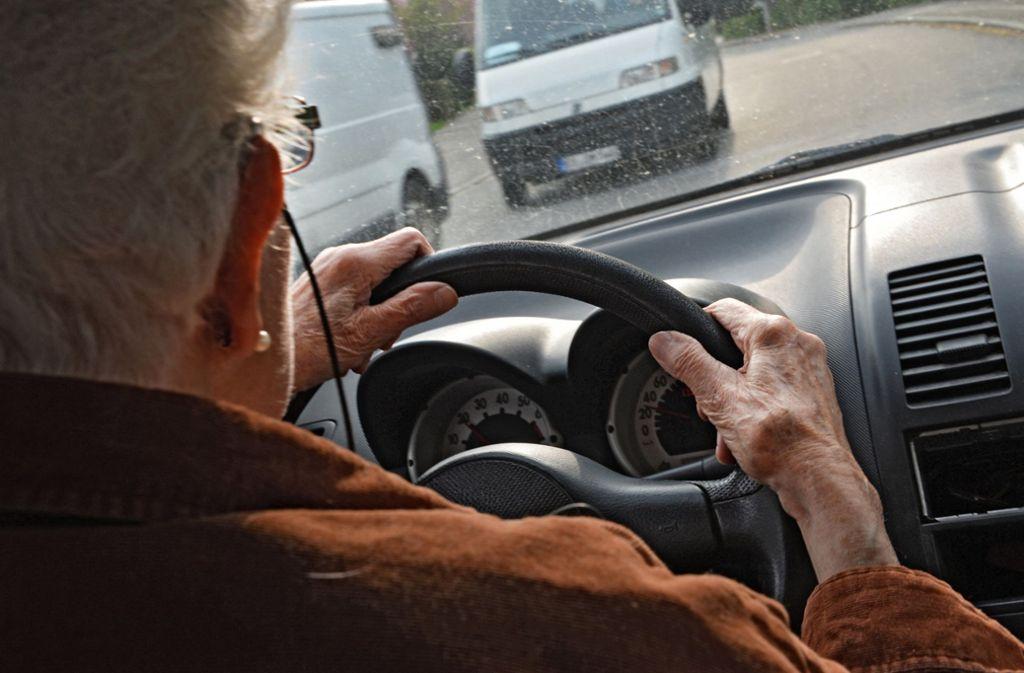 Die Seniorin fährt ungebremst auf einen Passat auf. Foto: dpa