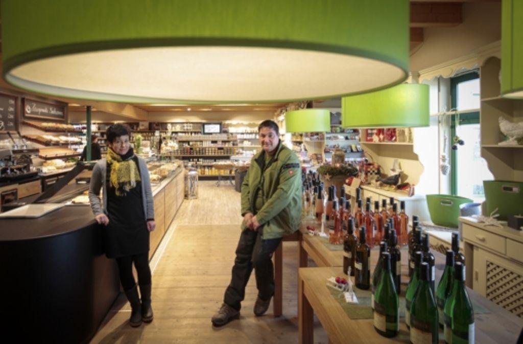 Wo bis vor kurzem noch Weinflaschen standen, haben die Geschäftsführerin Christine Spreng und der Betreiber Frank Scheuler nun wieder Tische und Stühle zurechtgerückt. Foto: factum/Granville