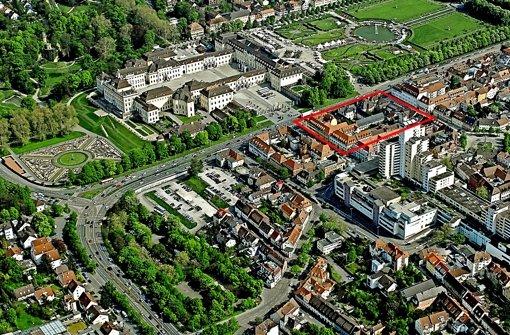 Filetstück zwischen Schloss und Marstall: im eingezeichneten roten Rechteck sind rechts das alte Kaffeehaus sowie das  Gesandtenhaus  und der Grafenbau zu erkennen. Das Gebäude links im Rechteck ist nicht Teil des Sanierungsgebiets. (Bild von  2011). Foto: Kuhnle/Archiv