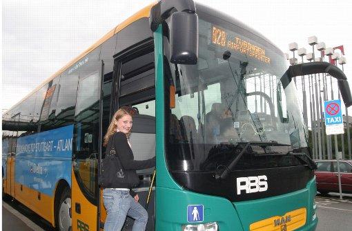 Die Busse halten weiter mitten im Ort