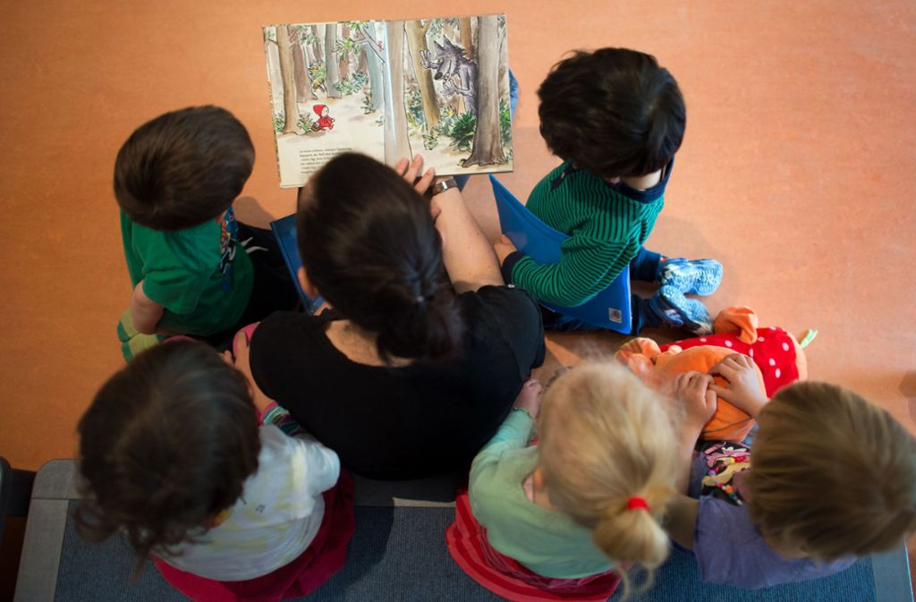 Live können die Paten vom Verein Leseohren in der Corona-Zeit den Kindern nicht vorlesen. Weg. Foto: dpa/Arno Burgi