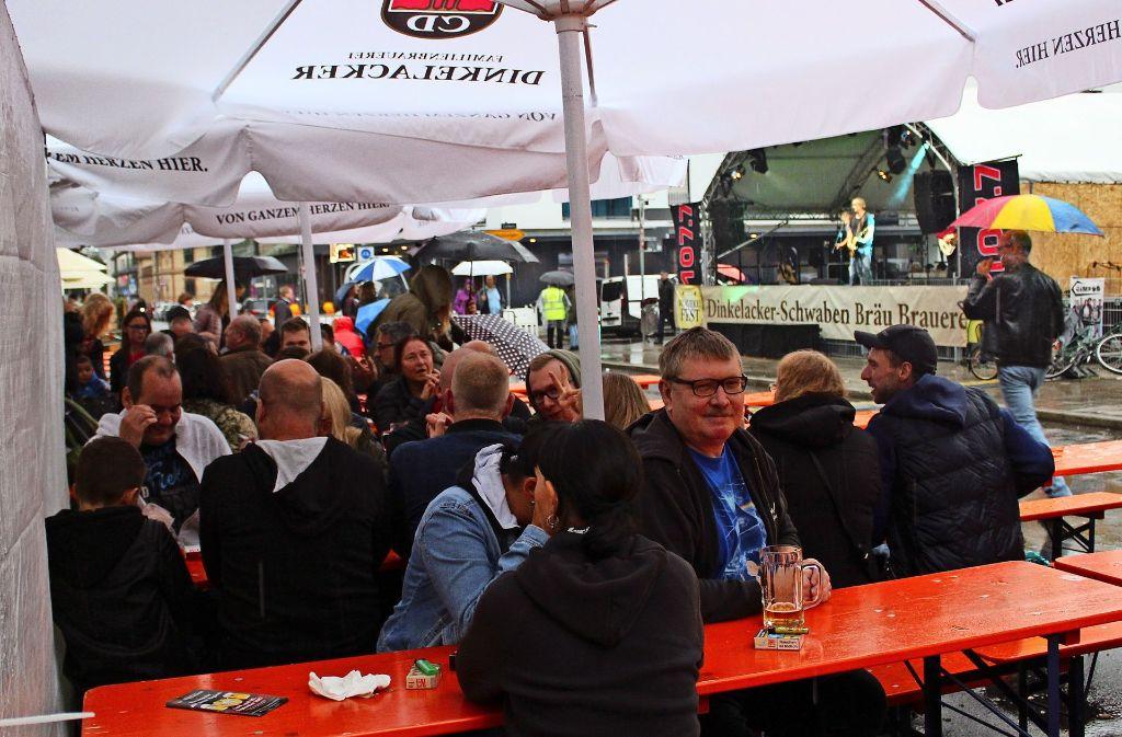 Die Sitzplätze unter den großen Schirmen waren am Samstag sehr begehrt. Foto: Jacqueline Fritsch