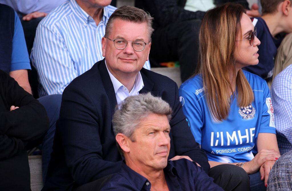 Unter den 2053 Zuschauern im Freiberger Wasenstadion: Ex-DFB-Chef Reinhard Grindel (hinten). Foto: Baumann