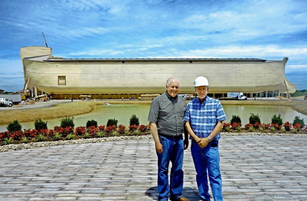 Für Mark Looy (li.) und Ken Ham ist die Erde  nur 6000 Jahre alt. Ihre Arche  Noah wurde nach den Maßangaben in der Bibel gebaut. Foto: Fras