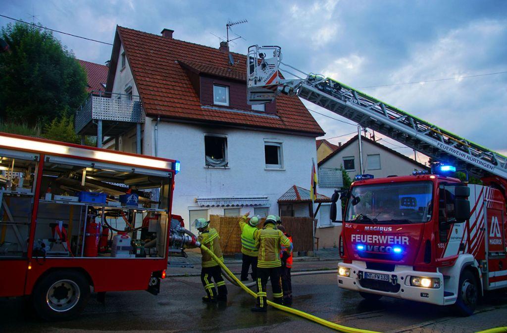 Das Feuer war am 13. Juni im ersten Stock des Hauses mutmaßlich gelegt worden und löste einen Großeinsatz der Feuerwehr aus. Foto: SDMG//Krytzner