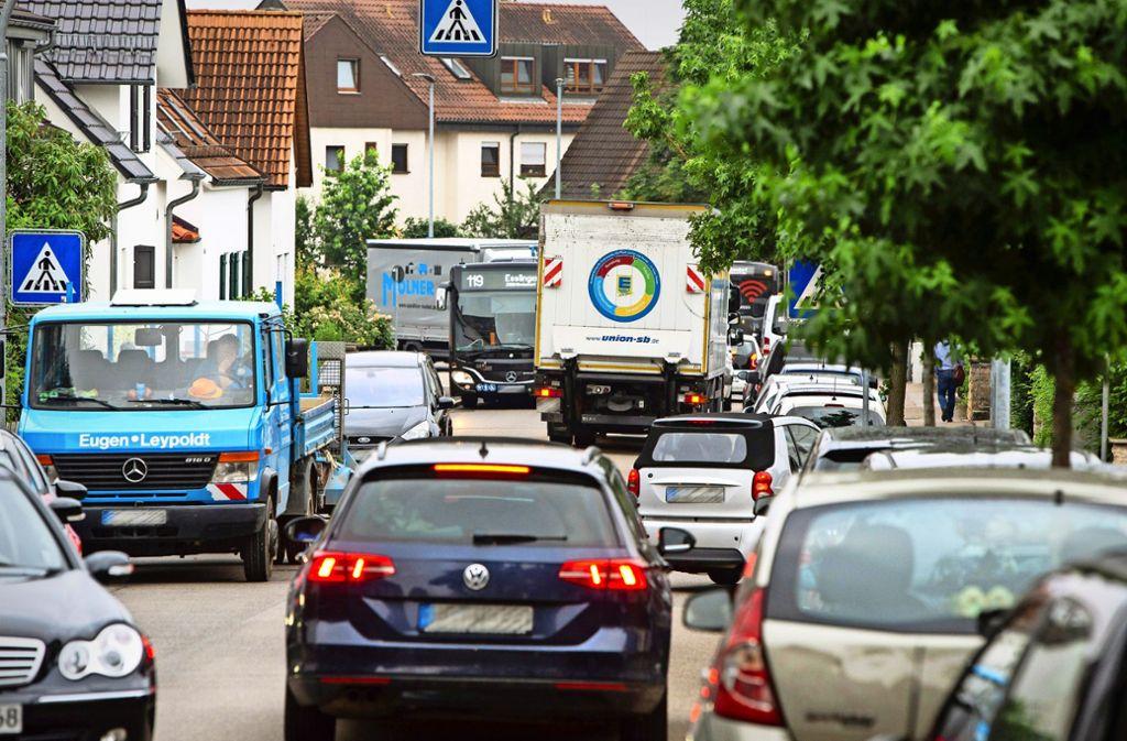 Im morgendlichen Berufsverkehr wälzt sich eine Blechlawine durch die Ludwig-Jahn-Straße in Nellingen. Foto: Michael Steinert