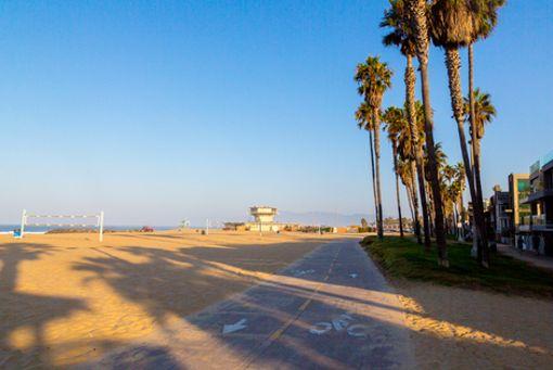 Wie hier am Strand von Venice Beach in Los Angeles hat Kalifornien ein gut ausgebautes Wegenetz für Biker.