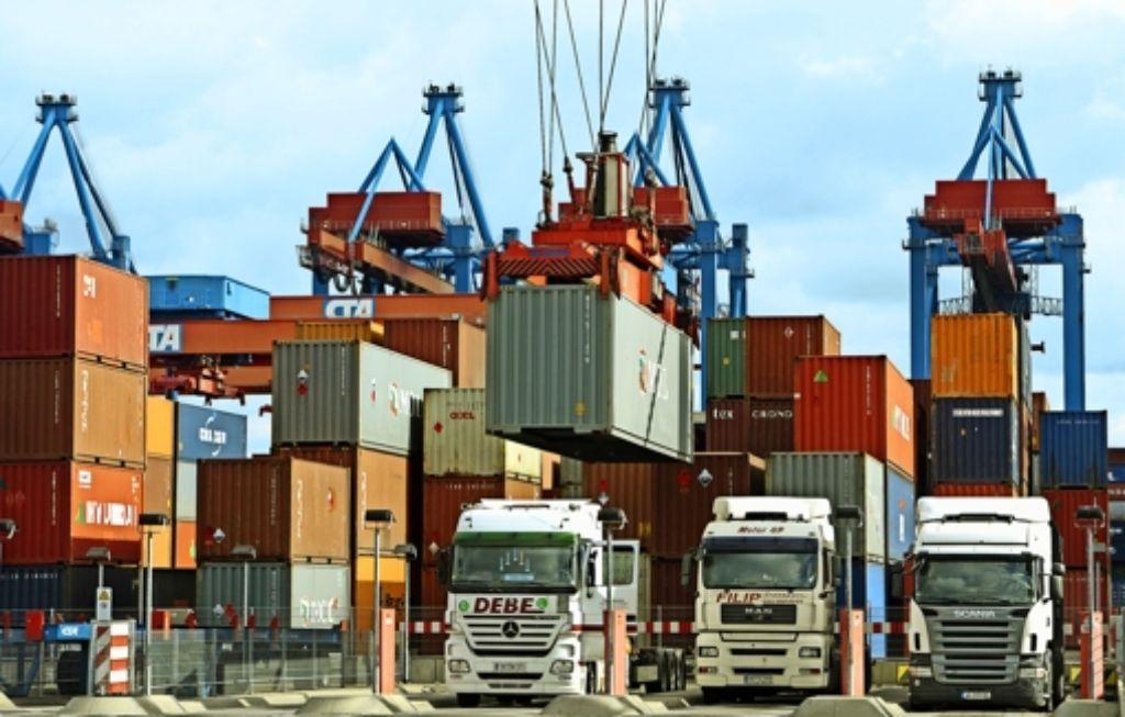 Wachstumsmotor  im Südwesten war 2015 einmal mehr das Auslandsgeschäft der Industrie.   Die Exporte Baden-Württembergs gehen etwa zur Hälfte in andere europäische Länder.  Auf dem Bild werden Lastwagen im Hamburger Hafen mit Containern beladen. Foto: dpa