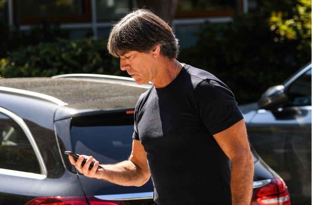 Joachim Löw auf dem Weg zur DFB-Zentrale in Frankfurt. Foto: dpa