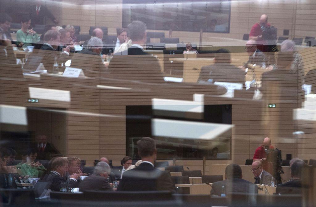 Der NSU-Untersuchungsausschuß im Spiegel der Glasscheiben des Landtagsgebäudes Foto: dpa
