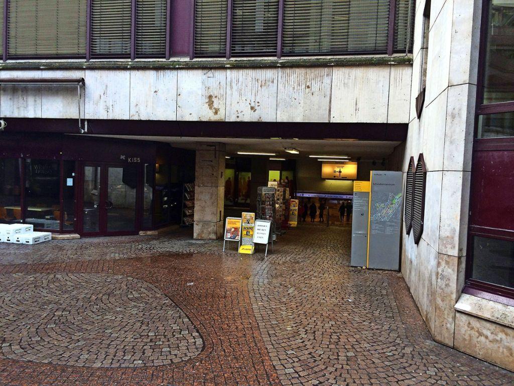 Die verwinkelte Passage zur Haltestelle Rathaus wird trotz Abschreckungsmaßnahmen von Wildpinklern genutzt. Der Urin hat sogar Fensterrahmen verätzt. Foto: Sascha Maier
