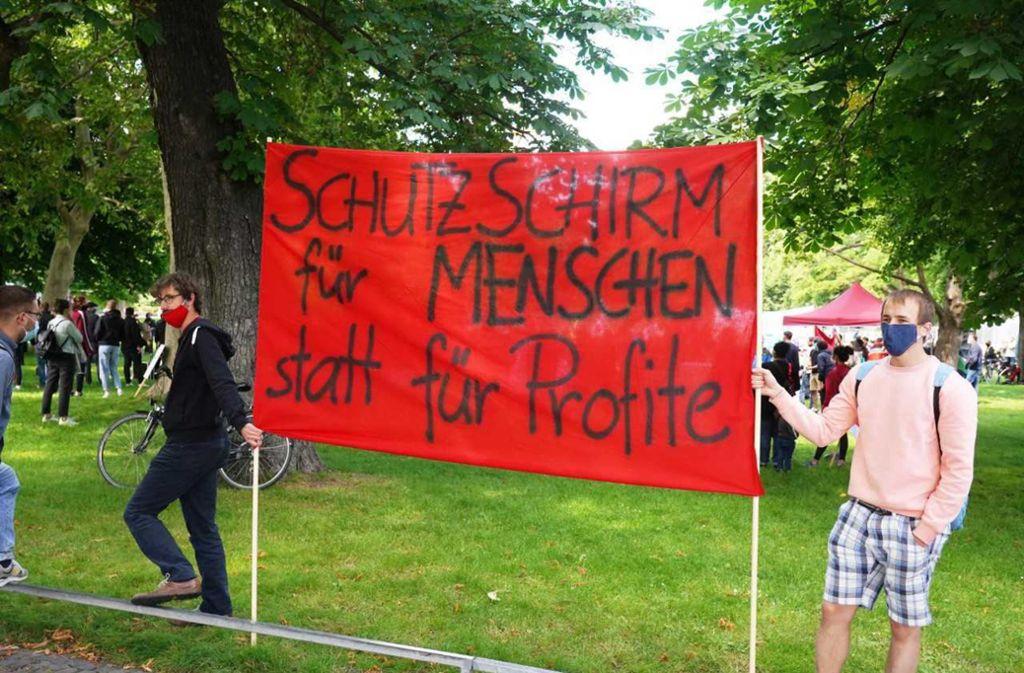 Zu der Demonstration im Oberen Schlossgarten kamen rund 300 Menschen. Foto: Andreas Rosar/Fotoagentur Stuttgart