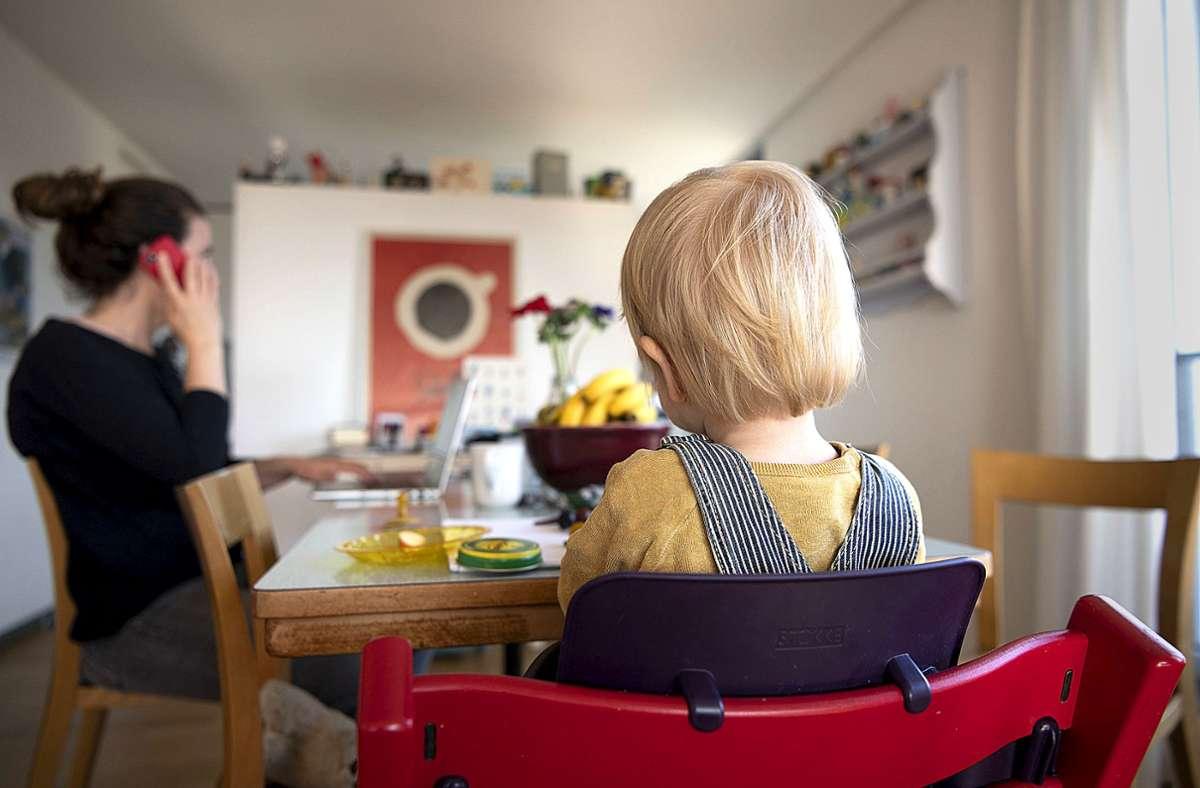 Gerade Frauen sehen sich im Homeoffice stark gefordert, Beruf und Kinder miteinander zu vereinbaren. Foto: dpa/Christian Beutler