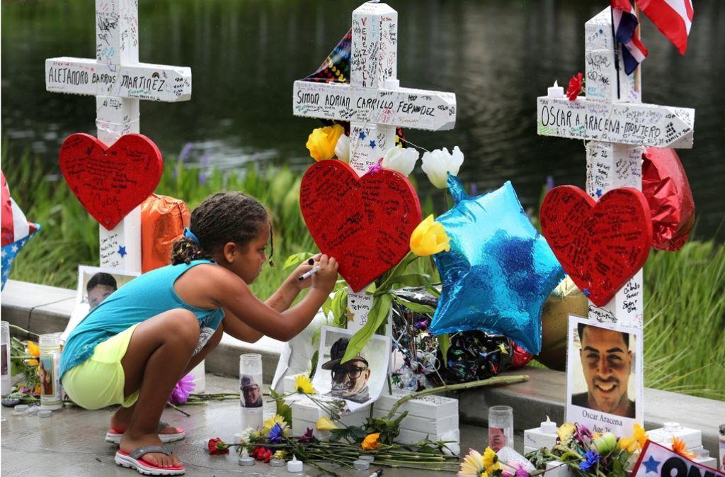 Für jedes der Opfer des Attentats von Orlando wurde ein Kreuz aufgestellt. Foto: AP