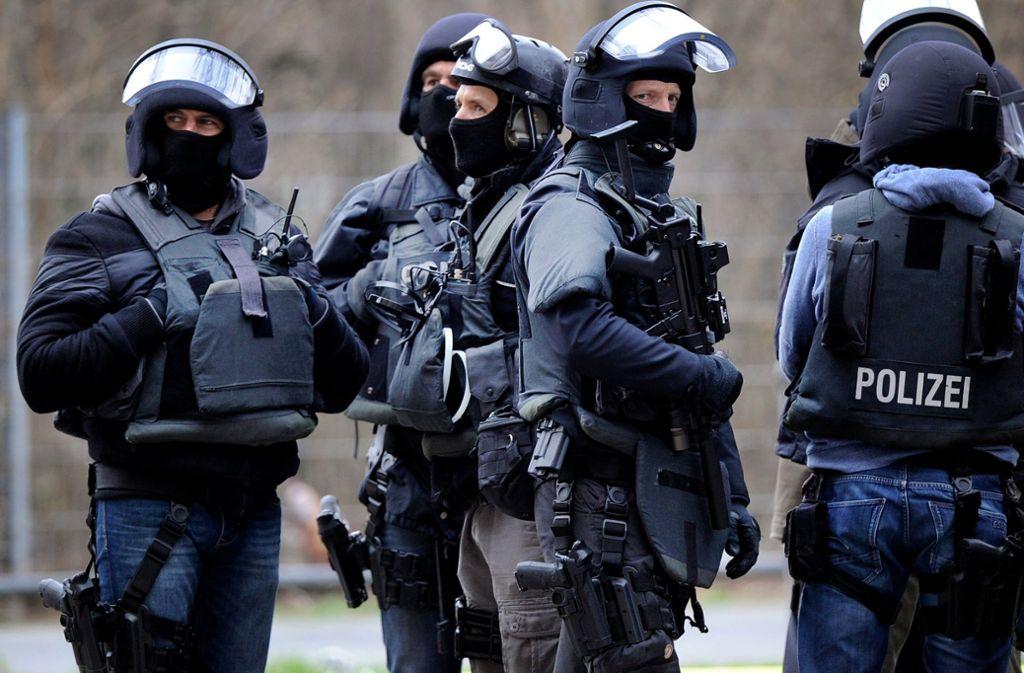Ein Spezialeinsatzkommando der Polizei nahm den Mann fest (Symbolbild). Foto: dpa/Marius Becker