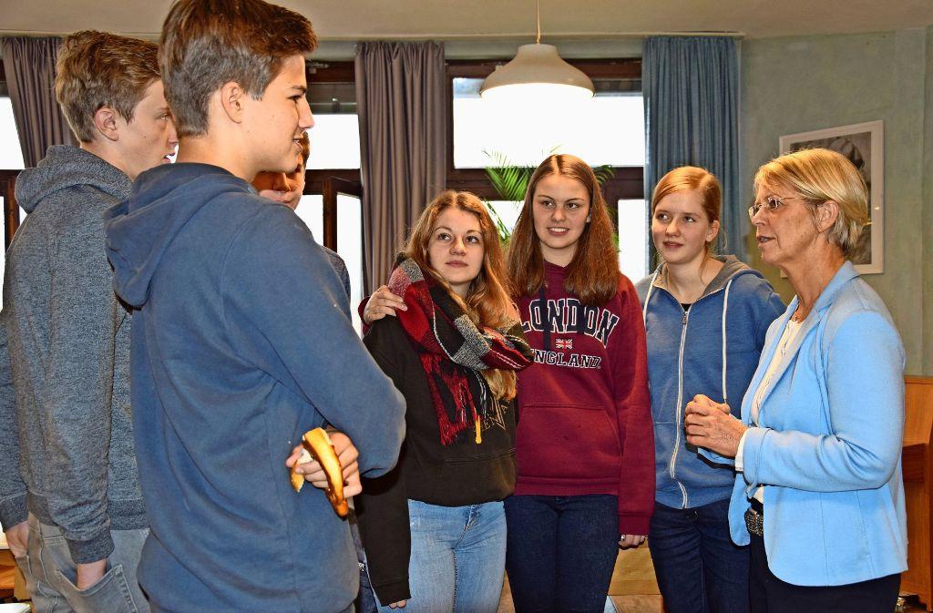 Einige Schüler diskutierten noch die ganze Pause lang mit der FDP-Abgeordneten Gabriele Reich-Gutjahr. Foto: Alexandra Kratz