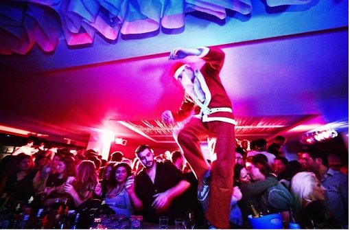 Da kann sich selbst der Nikolaus nicht zurückhalten: Party im Cavos. Foto: Heinz Heiss