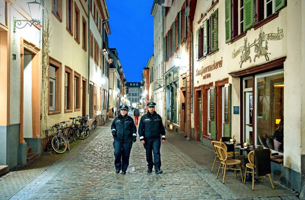 Mitarbeiter des Ordnungsdienstes wachen auch darüber, dass das Nachtleben in der Altstadt friedlich bleibt. Foto: Philipp Rothe