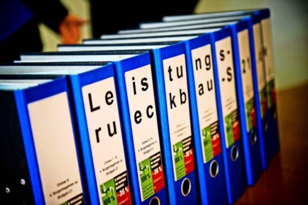 Zehn Ordner haben die Initiatoren des Bürgerbegehrens übergeben. Foto: Lichtgut/Max Kovalenko