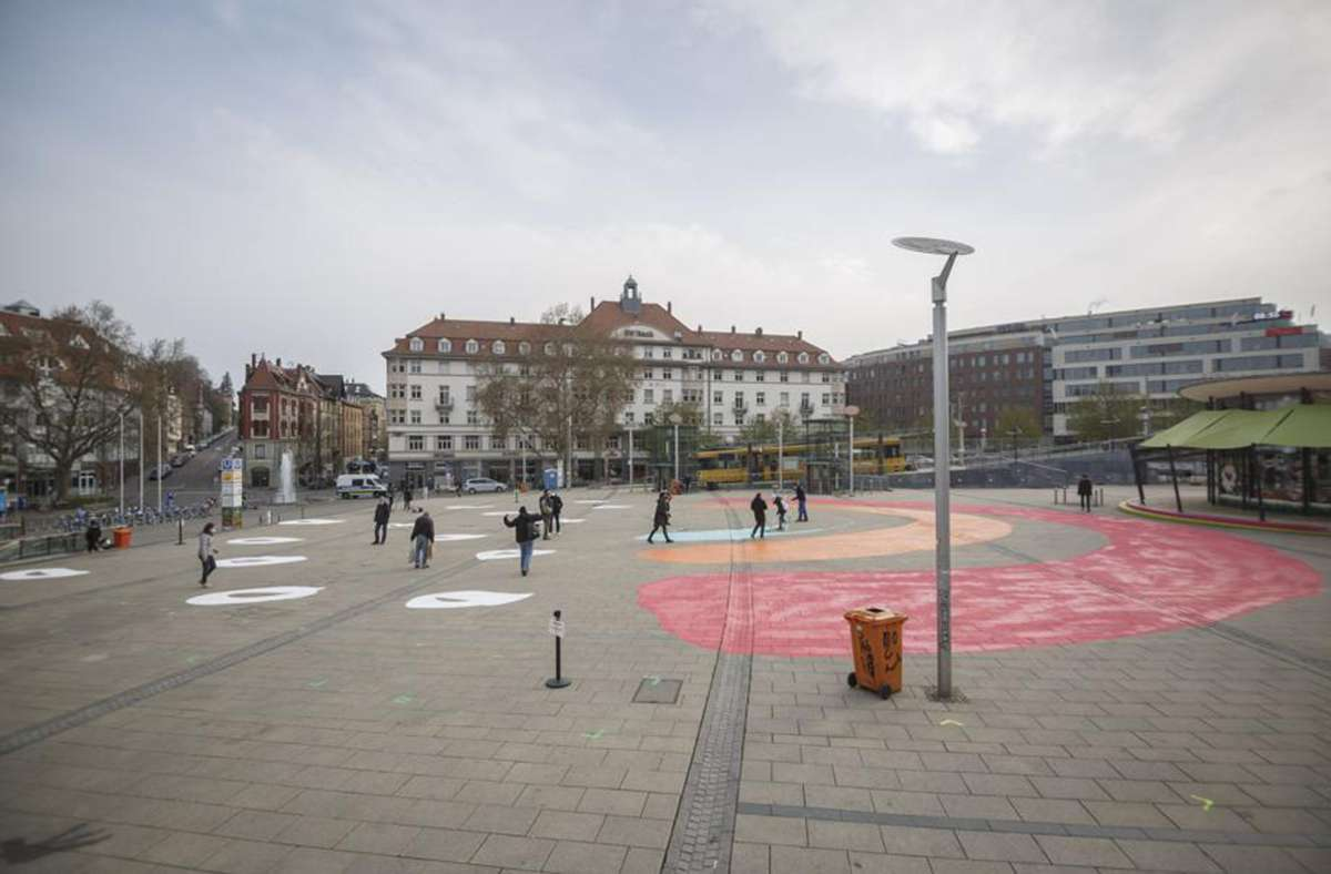 Der Regenbogen ist in wasserlöslicher Farbe aufgemalt worden. Die bunte Aktion drückt ein weltoffenes Stuttgart aus und will sich zu den Querdenkern abgrenzen.  Foto: Julian Rettig/Lichtgut