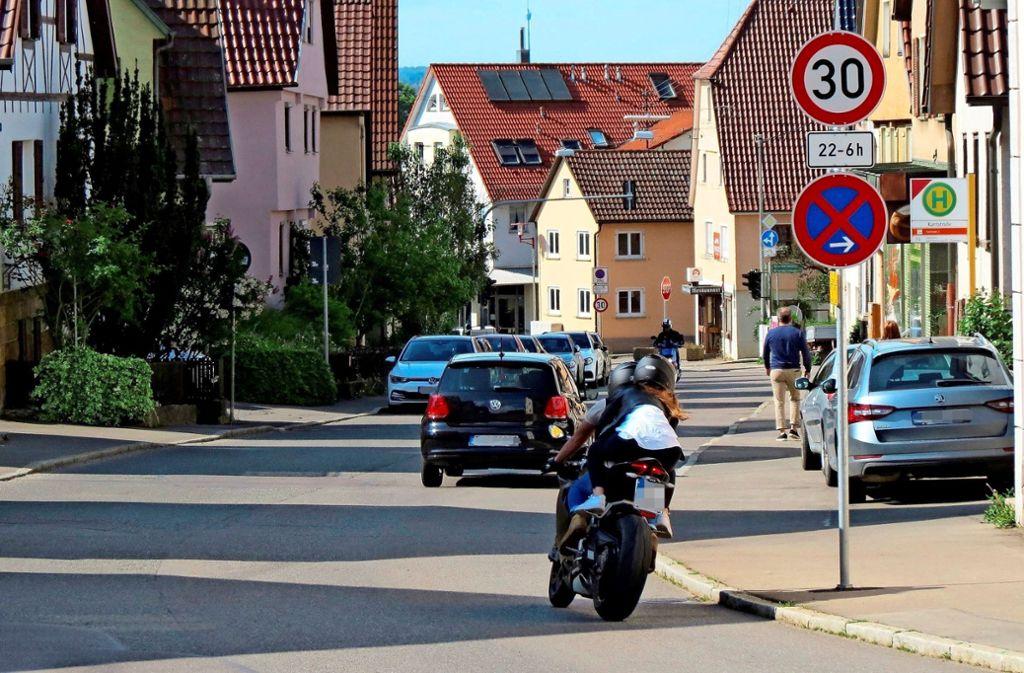 An der Sielminger Hauptstraße stehen Tempo-30-Schilder mit unterschiedlichen Zeitlimits. Foto: Otto-H. Häusser