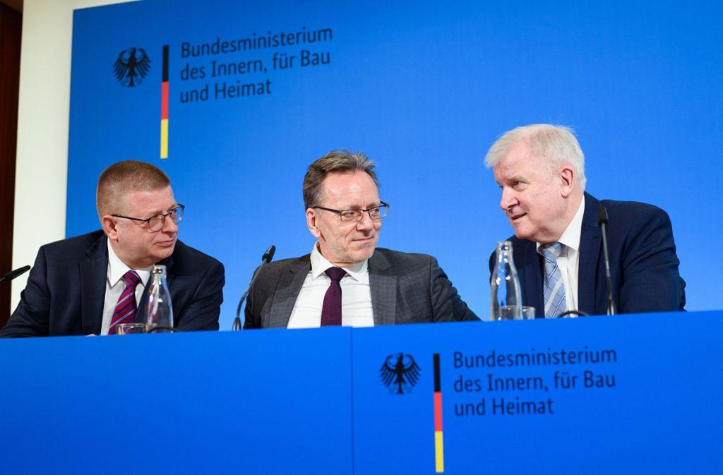 Thomas Haldenwang (links), Holger Münch und Horst Seehofer sitzen bei der  Pressekonferenz zur Neuorganisation der Sicherheitsbehörden im Bundesinnenministerium zusammen. Foto: dpa/Gregor Fischer
